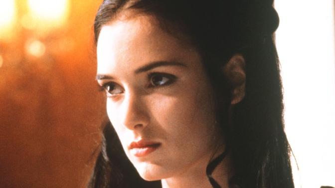 """Wynona Rider è convinta di essere sposata con Keanu Reeves da 26 anni: le nozze sul set di """"Dracula""""."""